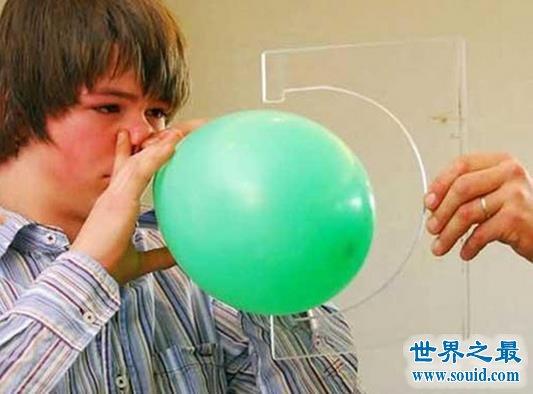 用人体器官创造的变态世界纪录,奇人能尿出5米