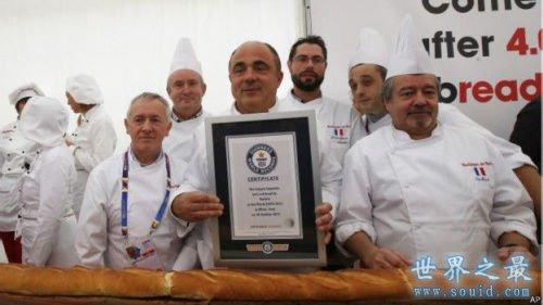 世界上最长的法棍面包,60人制作(长121米)