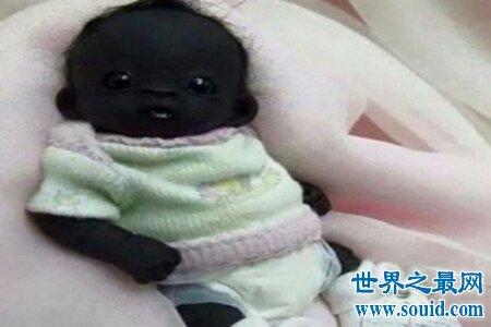 世界上最黑的小孩虽然黑但是非常呆萌可爱 黑夜自带隐形功能