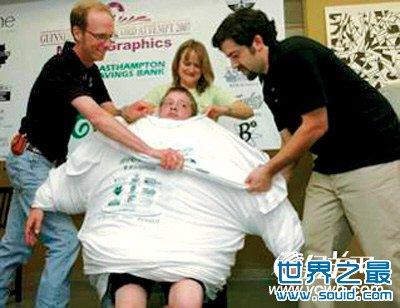 美国男孩同时穿168件T恤打破世界纪录