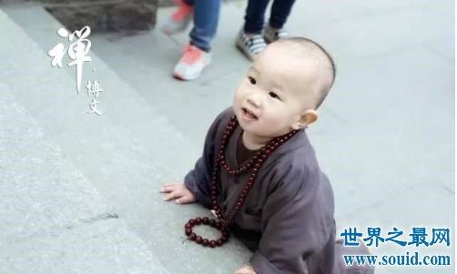 中国最萌小和尚,去庙里的游客争相和他合影称太萌了