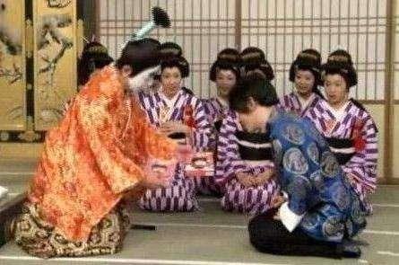 刘谦跪拜日本天皇惹众怒 跪拜日本天皇真相